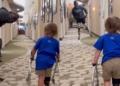 Blake Leeper enseñando a andar a un niño de dos años con prótesis