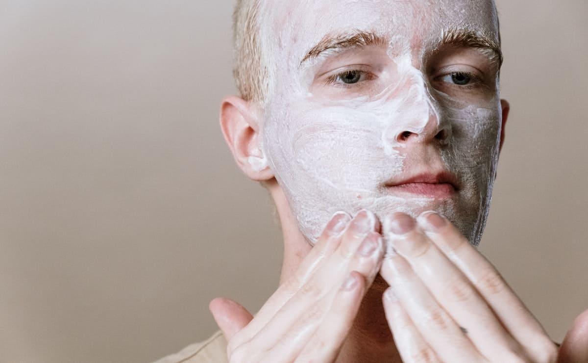 chico aplicando mascarilla en la piel