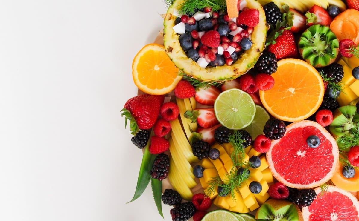 dieta rica en frutas La dieta está incompleta sino tenemos frutas incluidas en ella, especialmente porque son fuente de azúcares naturales como la sacarosa, fructosa y glucosa. Además, dentro de este complejo grupo hay para todos los gustos, es decir, si te gustan los sabores dulces, están las fresas, pero si disfrutas lo ácido existen los cítricos como el maracuyá. Por otra parte, la presencia de las frutas en la dieta no es un tema de sabor, sino de nutrición; puesto que son la mejor fuente de antioxidantes conocidas. De igual forma son una vía para obtener otros compuestos como la fibra, el potasio y vitaminas importantes. Bien sea como un jugo, batido, ensalada o postre, no dejes de disfrutarlas y por supuesto, inculca a tus hijos la importancia de estos alimentos. Importancia de las frutas en la dieta Hay muchas razones por las que la dieta no puede carecer de ningún alimento. En el caso de las frutas, terminan de complementar las exigencias del organismo. A continuación las principales razones por las que estas dulces y delicadas amigas son indispensables para vivir: Hidratación Las frutas en su mayoría tienen un altísimo contenido de agua, por lo que facilitan la eliminación de toxinas del cuerpo y por supuesto evitan la deshidratación. Aportan vitamina C a la dieta La vitamina C es indispensable y estos alimentos la aportan sin problema. A razón de ello, se recomienda que sean consumidas a diario. Las frutas más ricas con este componente son los cítricos, kiwi limón, melón, fresas y las frutas tropicales. Antioxidantes La vitamina C no es la única propiedad importante de las frutas. Los antioxidantes como los betacarotenos y la vitamina E, son otros de sus componentes. Si bien las cantidades son un poco pequeñas, influyen positivamente en la aceptación y apetencia por estos alimentos, y se sabe con certeza que nos protegen frente a ciertas enfermedades. Recordemos que las enfermedades degenerativas son evitadas principalmente con antioxidantes en nuestra die