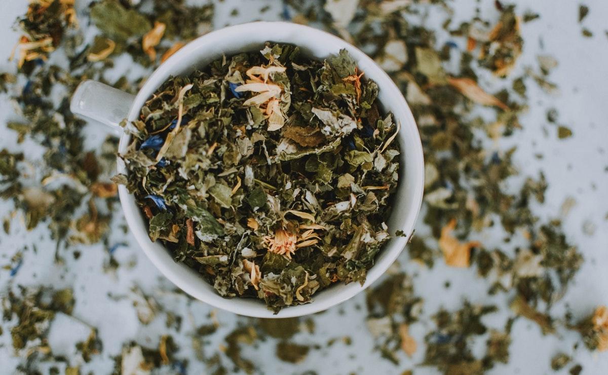 hojas de té azul