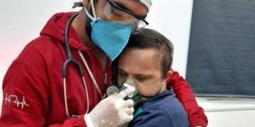 Un médico abrazo a paciente de Covid-19 con síndrome de Down
