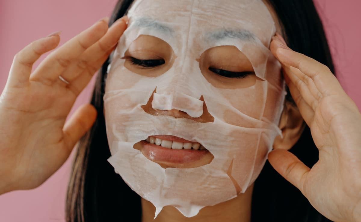 Mujer con mascarilla de AHAs sobre la piel