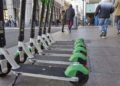 Patinetes eléctricos aparcado en la acera