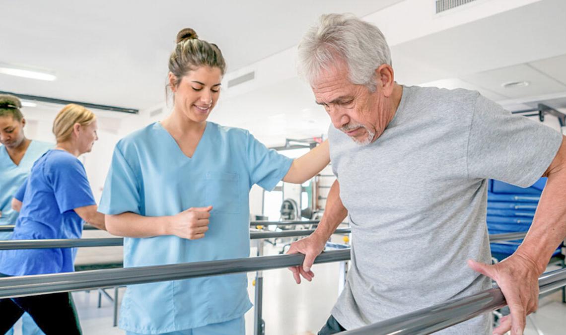Persona realizando ejercicios de rehabilitación