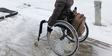 Silla de ruedas frente a la nieve y el hielo