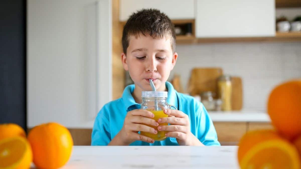Niño tomando un jugo con antioxidantes