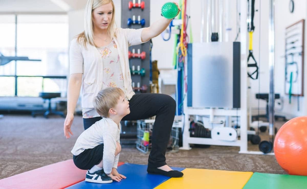 Niño realizando ejercicios tras secuela por cáncer infantil