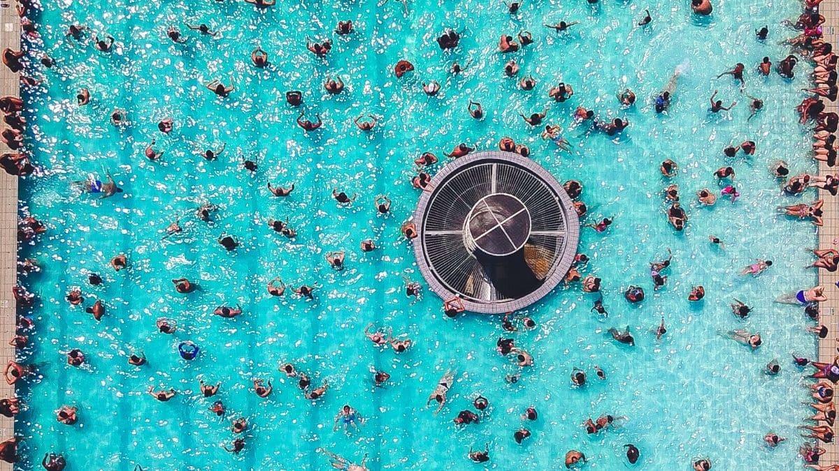 Soñar personas en la pisicna