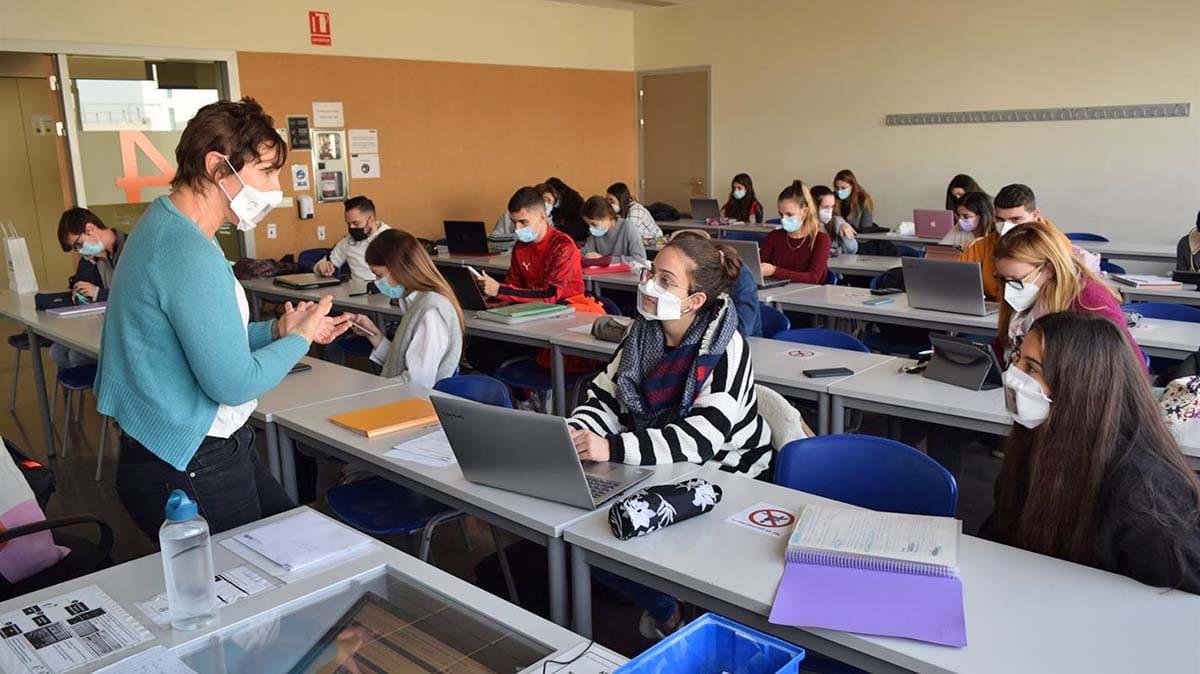 Mascarillas transparentes en busca de la inclusión en la Universidad