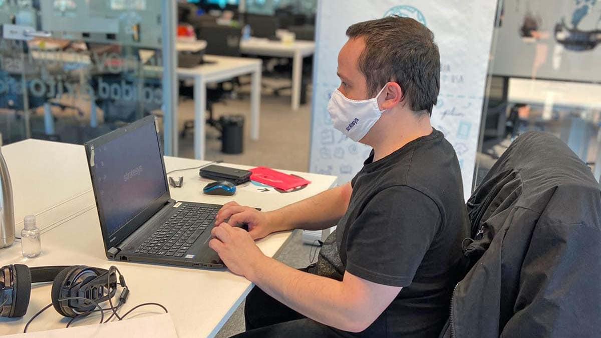 Usuario de la nueva plataforma de e-learning para personas con discapacidad intelectual