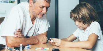 Niño con diabetes haciéndose una prueba Coronavirus