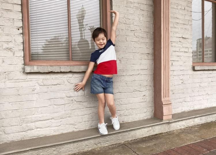 Niño posando