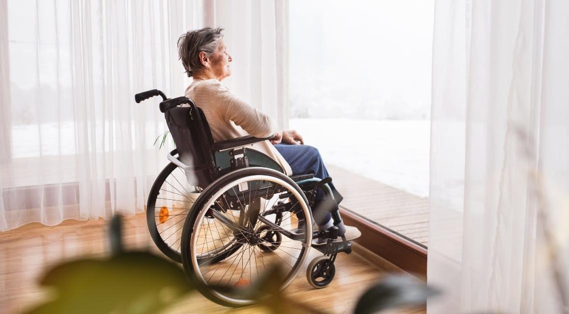 Persona mayor en silla de ruedas con dependencia
