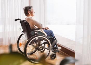 Persona mayor en silla de ruedas con dependencia discapacidad