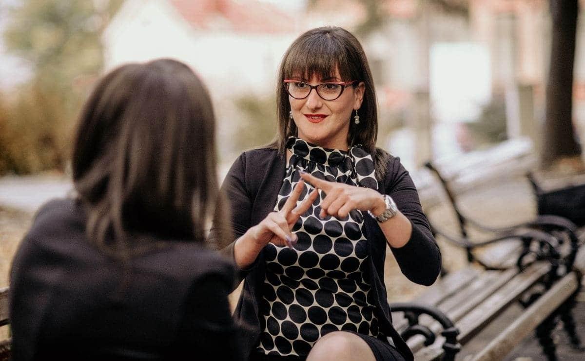 mujer con discapacidad auditiva sorda lengua de signos