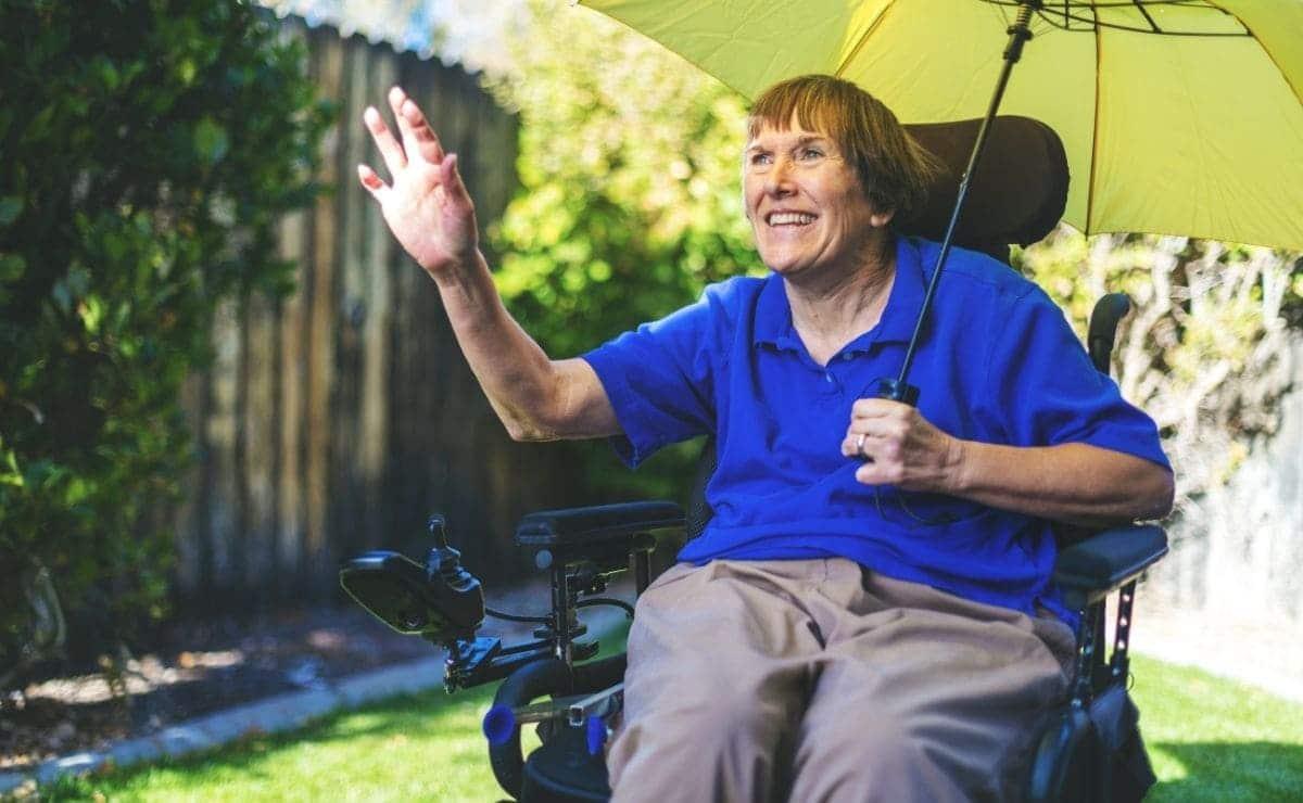 paciente con esclerosis multiple en silla de ruedas discapacidad