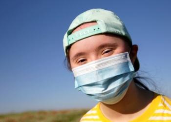 persona con sindrome de down y mascarilla covid-19 coronavirus