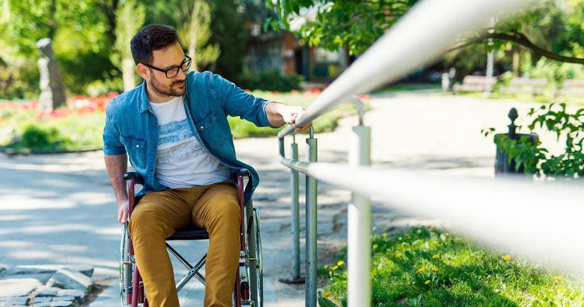 persona en silla de ruedas discapacidad