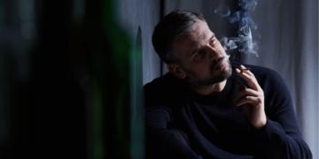 persona fumando tabaco VIH tabaquismo