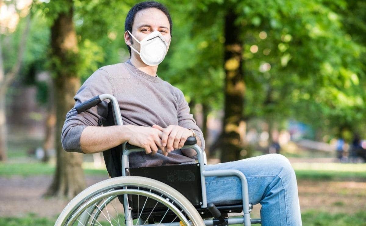persona silla de ruedas discapacidad mascarilla covid-19