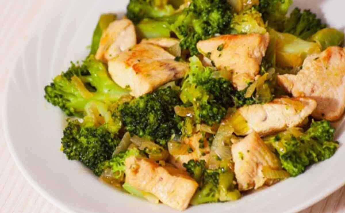 Ensalada de brócoli con aderezo de espirulina