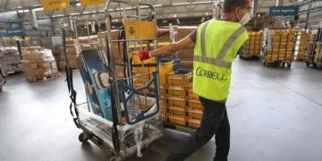 trabajador correos paquetes seguridad