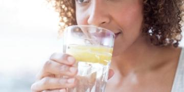 Persona consumiendo vitamina C