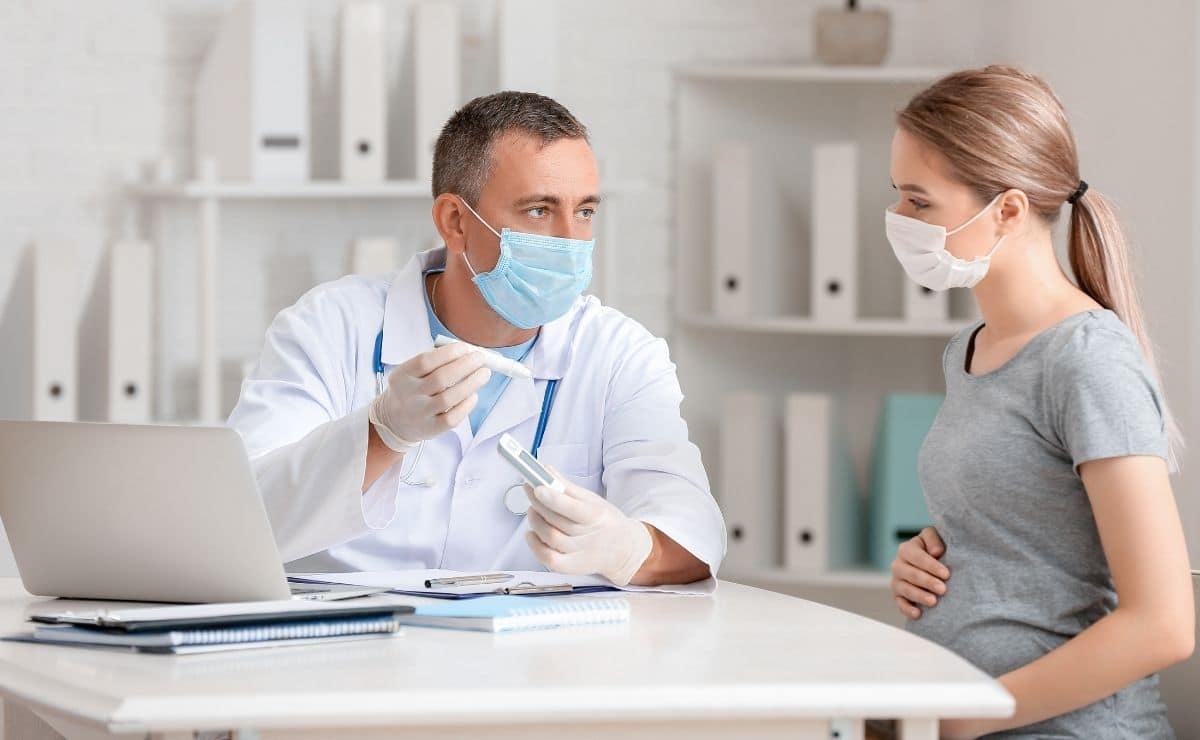 Mujer embarazada consulta médica