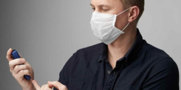 Persona con diabetes y mascarilla Coronavirus Covid-19