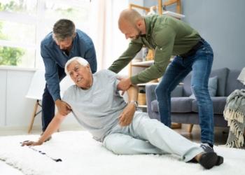 abuelo caída persona mayor anciano