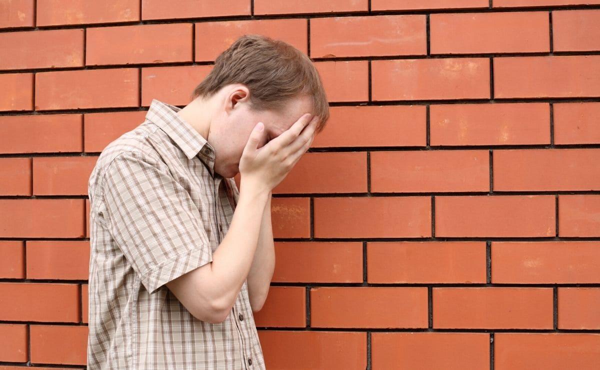 joven con sindrome de down llorando