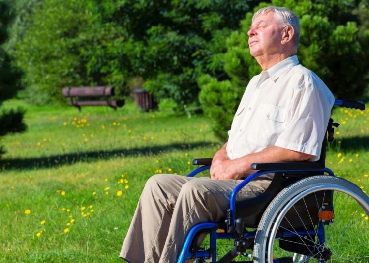 persona mayor anciano silla de ruedas aminoacidos