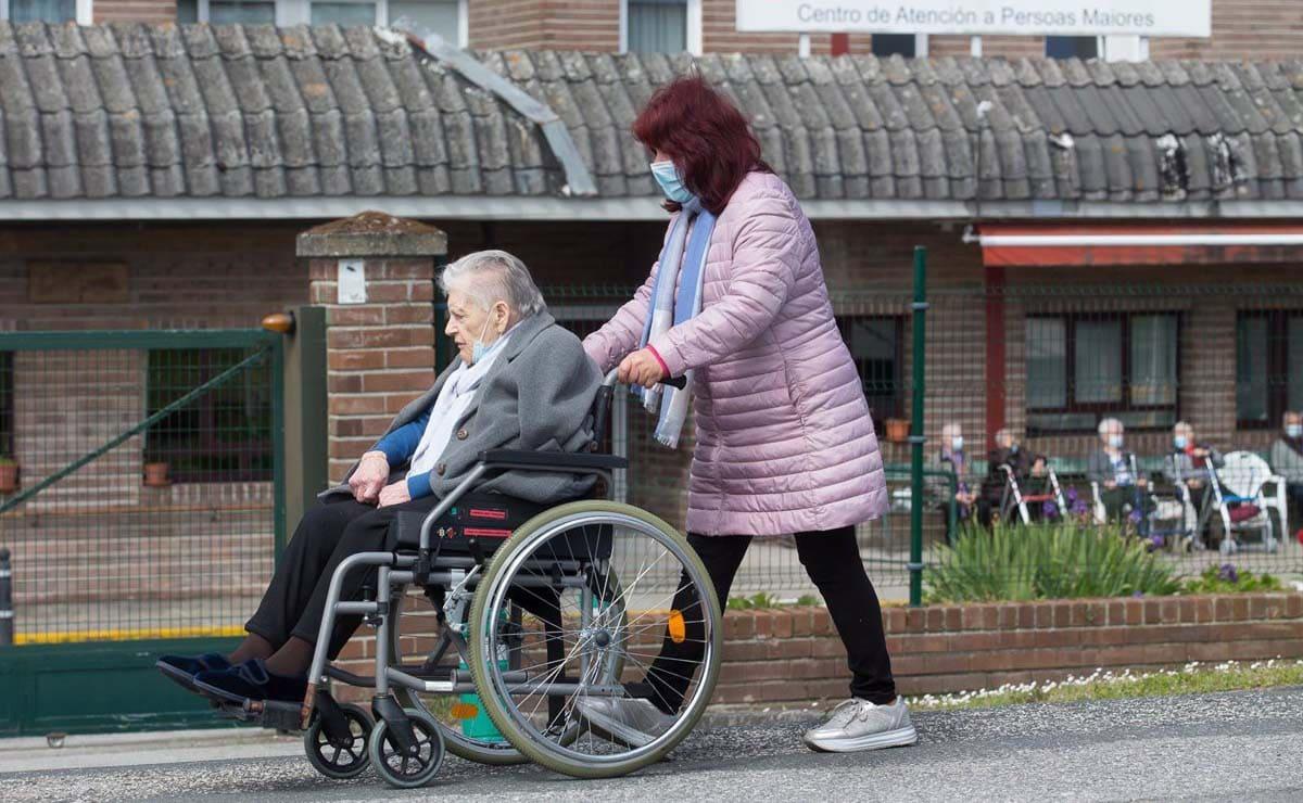residencia ancianos dependencia silla de ruedas