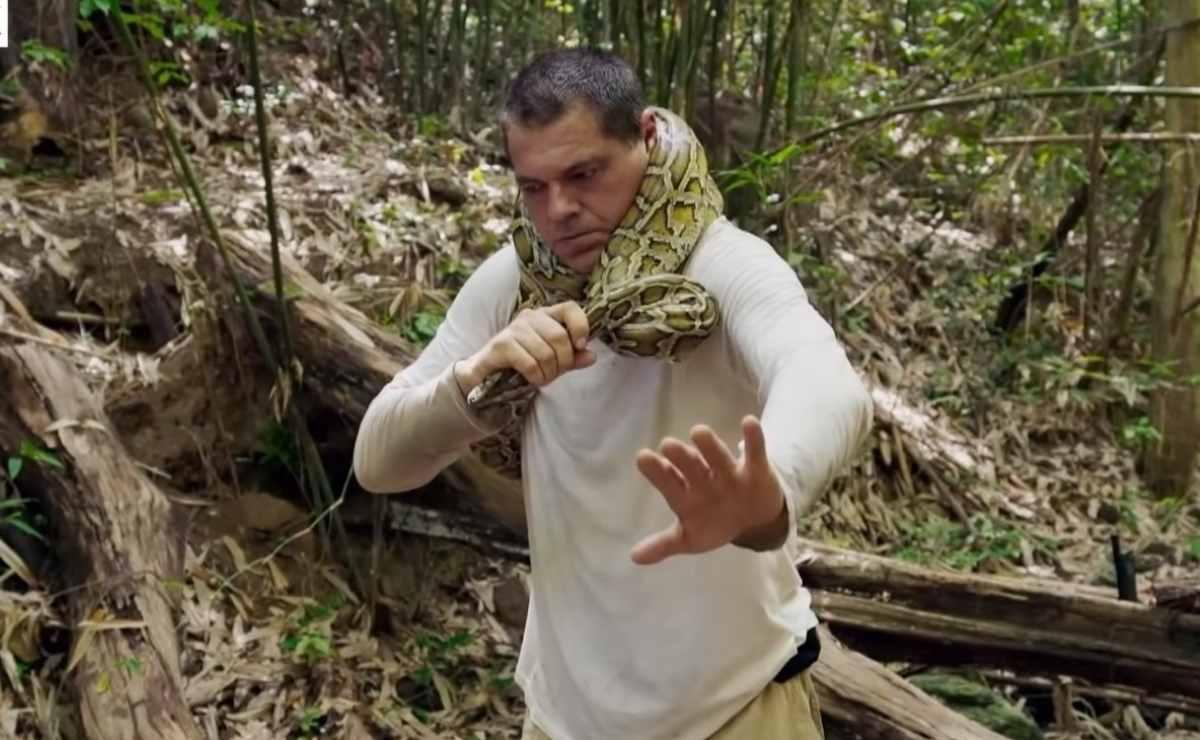 Frank Cuesta con una pitón enrollada en su cuello | DMAX