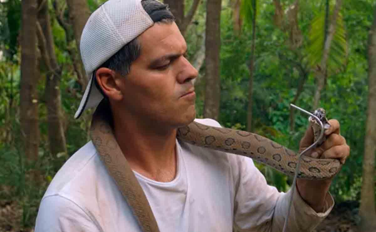 Frank Cuesta con una serpiente durante 'Wild Frank'