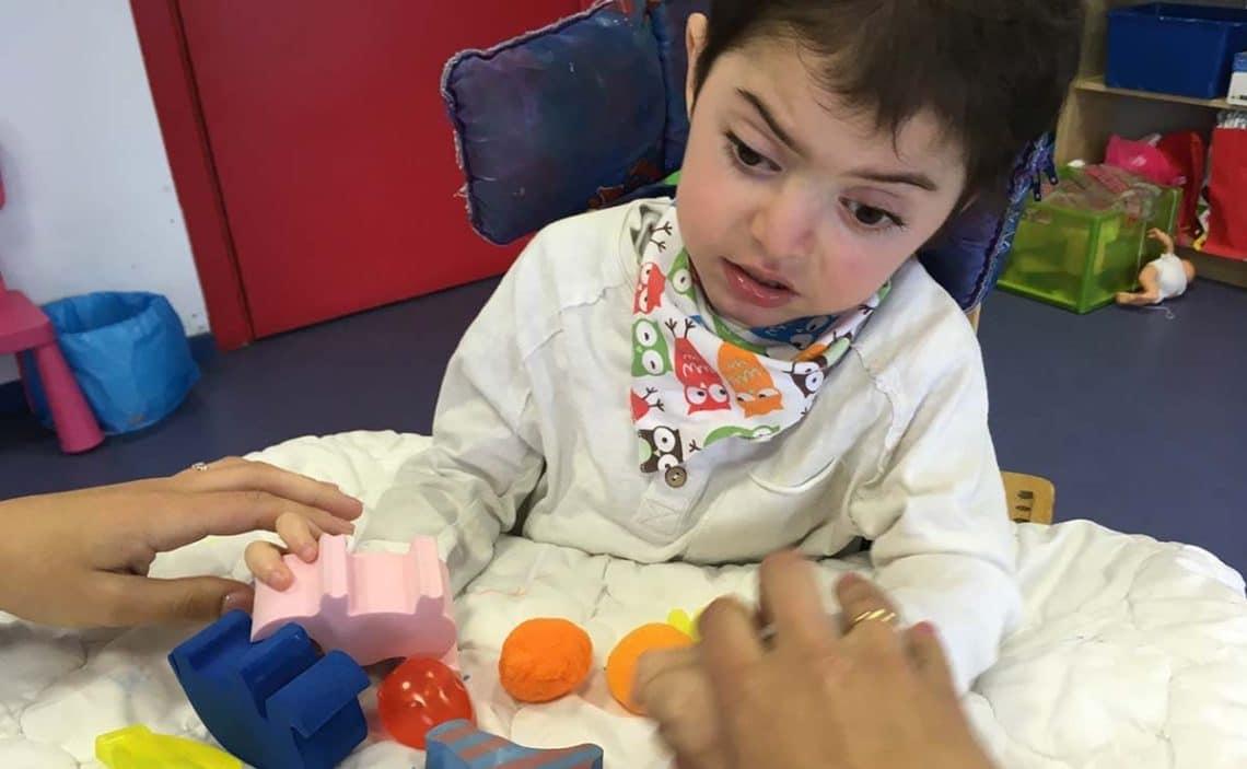 Niño por Síndrome por Deficiencia CDKL5