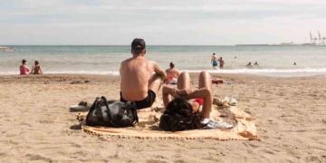 Turismo Andalucía | Turistas en una playa de Andalucía