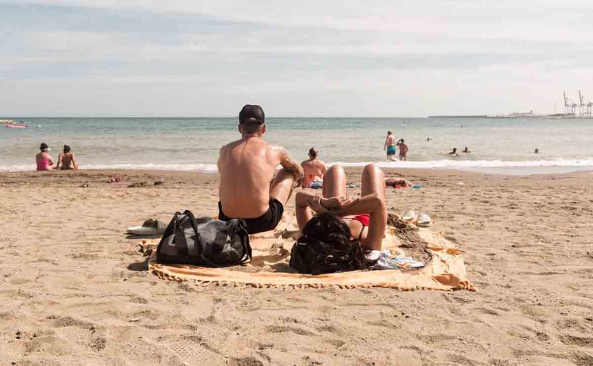 Turismo Andalucía   Turistas en una playa de Andalucía