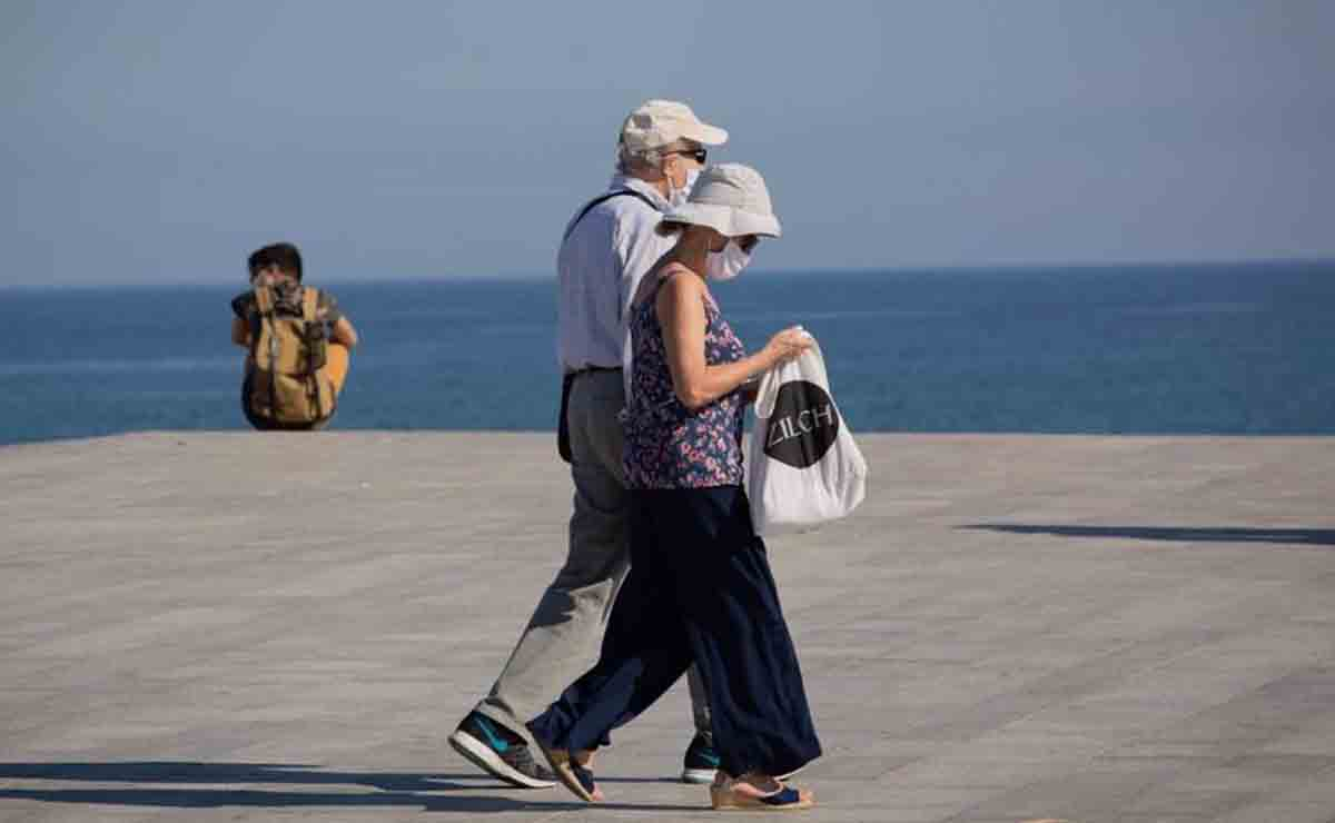 Dos personas haciendo turismo durante un viaje del Imserso | EP