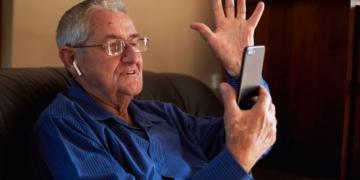dependencia persona mayor videollamada movil