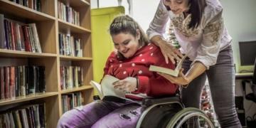 estudiante discapacidad silla de ruedas