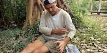 Frank Cuesta recién picado por un escorpión durante 'Wild Frank'