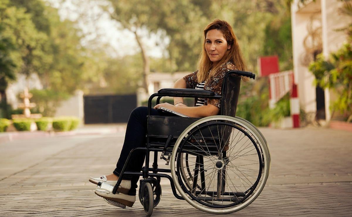 mujer en silla de ruedas ayudas madrid subvenciones discapacidad