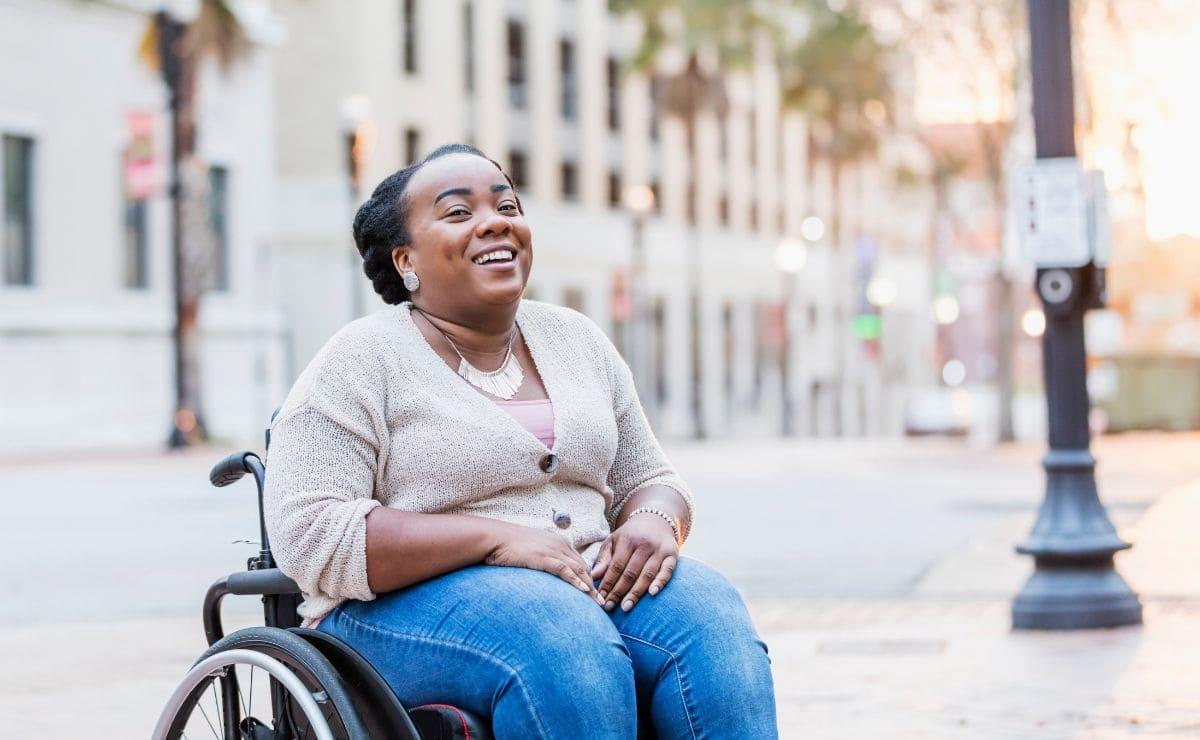 persona con espina bifida discapacidad silla de ruedas