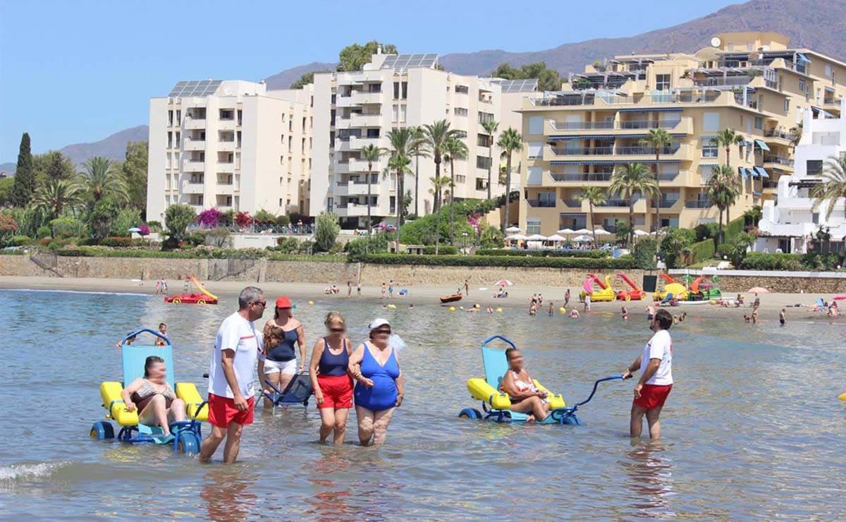 personas movilidad reducida Estepona playa