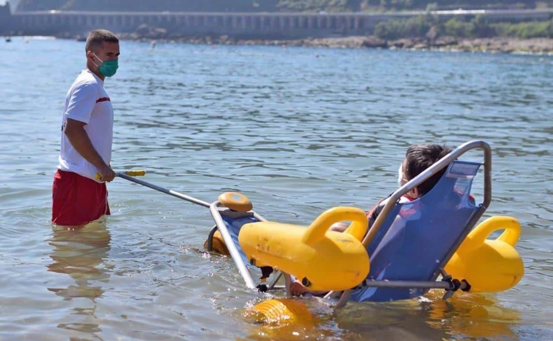 dispositivo de baño asistido para personas con movilidad reducida discapacidad cruz roja