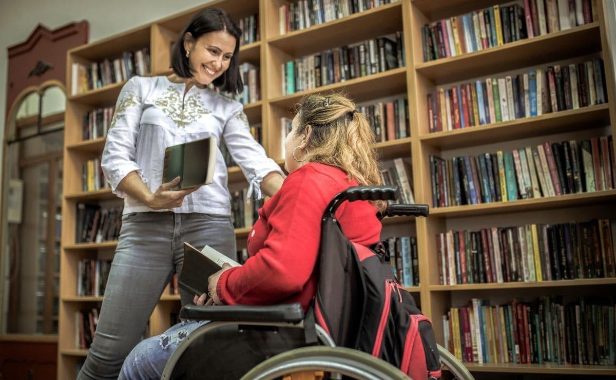 estudiante con discapacidad biblioteca ayudas