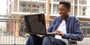 estudiante con discapacidad ordenador