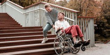 hombre en silla de ruedas falta de accesibilidad discapacidad