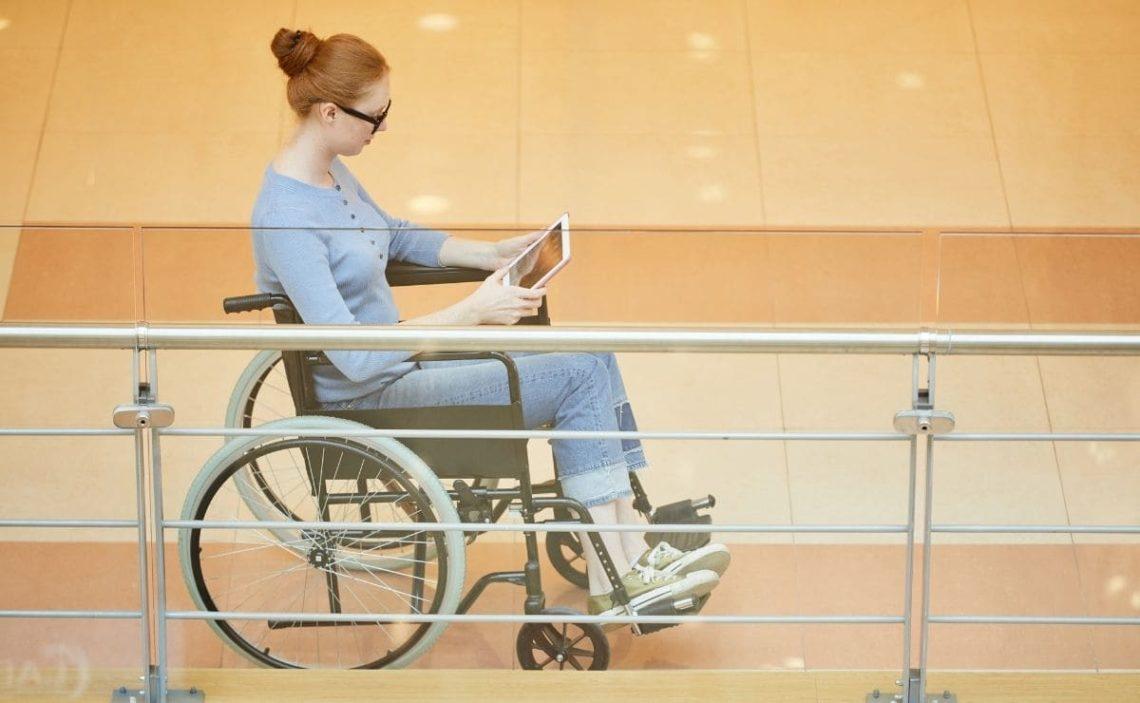 mujer con discapacidad silla de ruedas